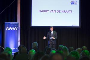 Afbeeling: Harry van de Kraats spreekt de zaal toe, jaarcongres 2017